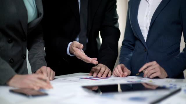 vídeos y material grabado en eventos de stock de dos señoras de gerente y jefe varón comparación de listas de ventas y planes de inversión - planificación financiera