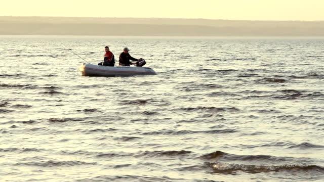 zwei mans angeln in einem boot - sonnenbarsch stock-videos und b-roll-filmmaterial