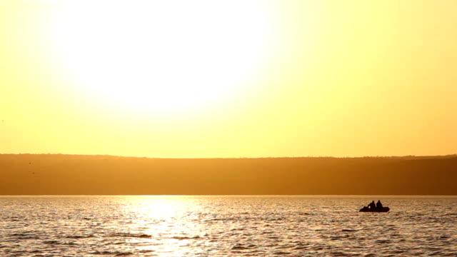 zwei mans fischen zusammen in einem boot. - sonnenbarsch stock-videos und b-roll-filmmaterial