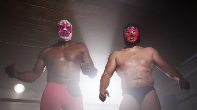 2 つのマスク人ほど相手 ビデオ