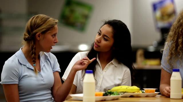 Zwei bedeutet Mädchen reden bad über Mädchen in der Schule-cafeteria – Video
