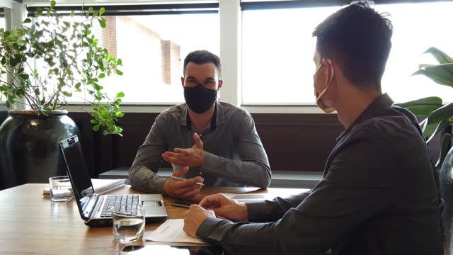 due uomini in un ufficio. - collega video stock e b–roll