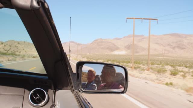 Zwei Männer In Cabrio Auto fahren auf der Straße Ball R3D – Video