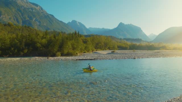 vídeos de stock, filmes e b-roll de dois homens caiaque em um belo dia - eslovênia