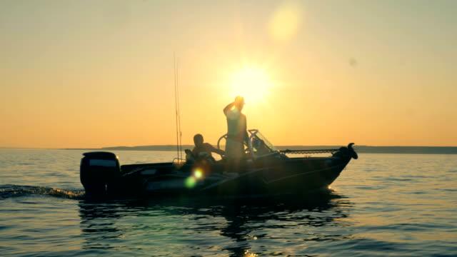 due uomini su un peschereccio, vista laterale. - piccolo video stock e b–roll