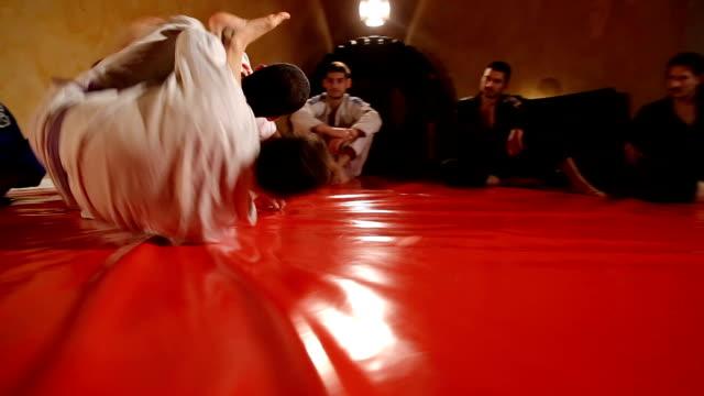2 つの男性の練習武術 - ブラジル文化点の映像素材/bロール