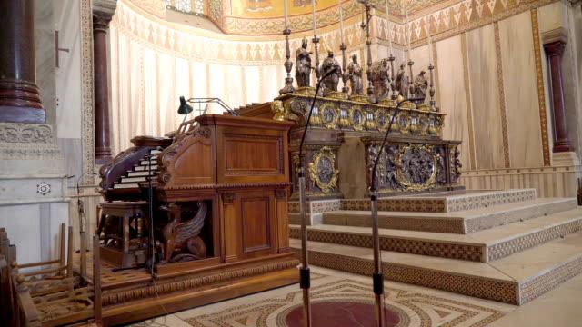 シチリア島パレルモの大聖堂の内部前面に 2 つのマイク スタンド - モンレアーレ点の映像素材/bロール