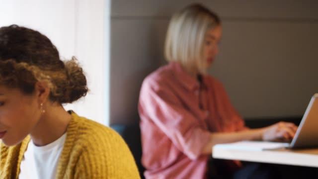 2 천년 광고문 랙 포커스 전경 배경 사무실에 앉아 컴퓨터에서 일 - 초점 이동 스톡 비디오 및 b-롤 화면