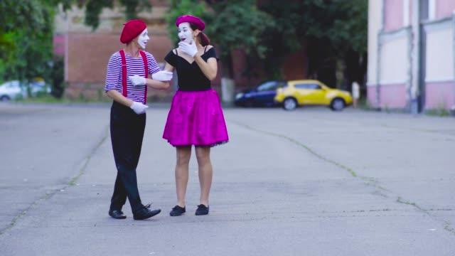 stockvideo's en b-roll-footage met twee mimespelers meisjes weergeven - vetschmink