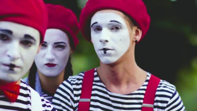 stockvideo's en b-roll-footage met twee mimespelers duwen hun collega weg - vetschmink
