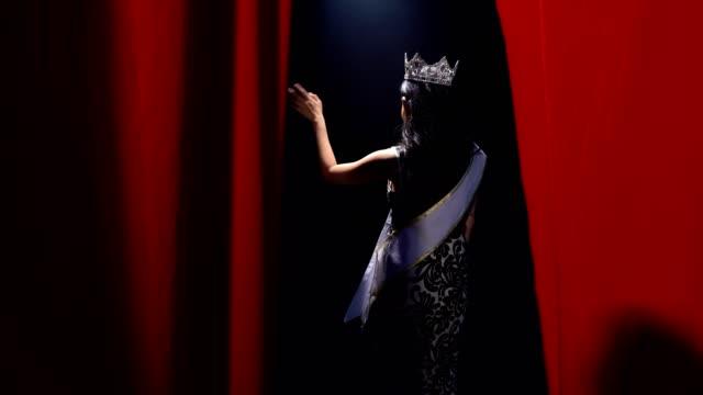 vidéos et rushes de deux miss pageant concours soirée robe de bal - couronne reine
