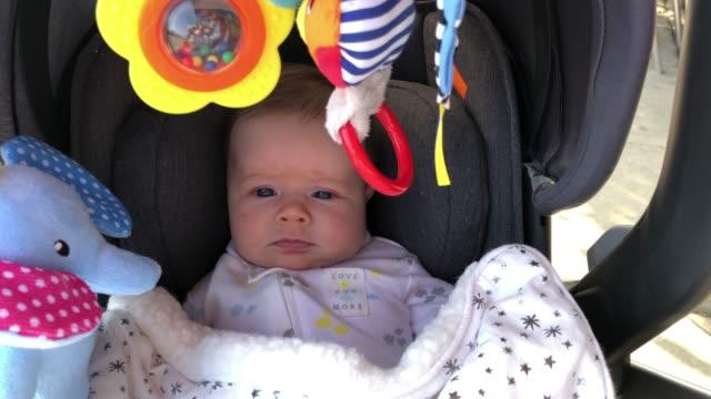 twee maand oud babymeisje in wandelwagen video