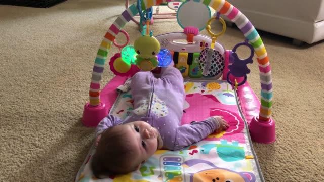 twee maand oud babymeisje dat thuis speelt video