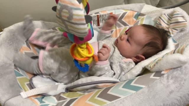 twee maand oud spelend babymeisje video