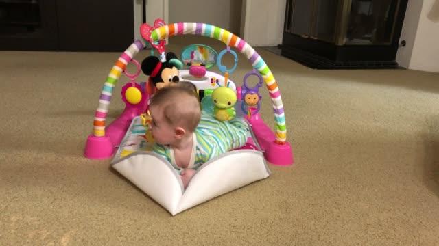 twee maand oud pasgeboren meisje dat speelt video