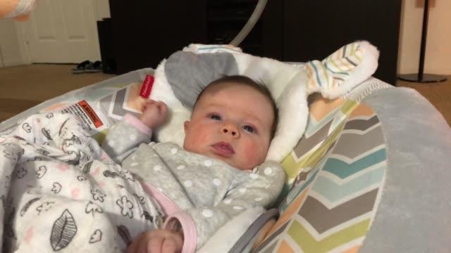 twee maanden oude pasgeboren e.a. in actieve waarschuwingsfase video