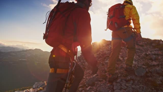 夕日で山の頂上に達し slo mo 2 登山 - バックパッカー点の映像素材/bロール