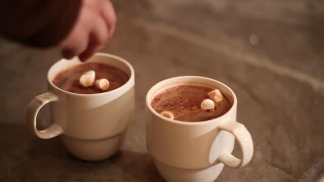 vídeos de stock, filmes e b-roll de duas canecas de chocolate quente - chocolate quente