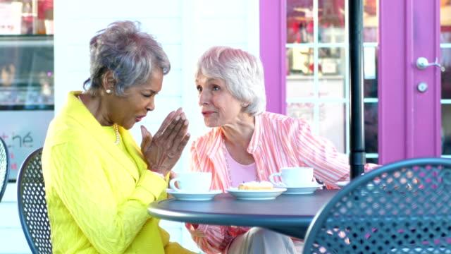 zwei multi-ethnischen senior frauen plaudern über kaffee - klatsch stock-videos und b-roll-filmmaterial