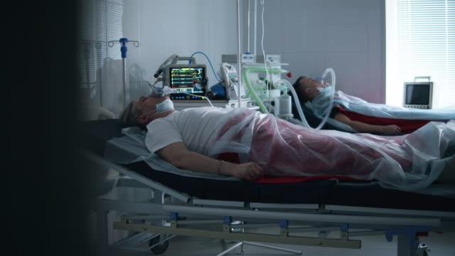 två patienter anslutna till ett ventilationssystem på sjukhus - intensivvårdsavdelning bildbanksvideor och videomaterial från bakom kulisserna