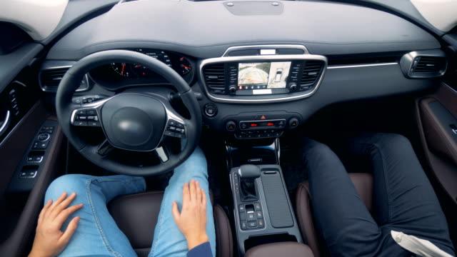 2人が自動運転車に座っている - 自動運転車点の映像素材/bロール