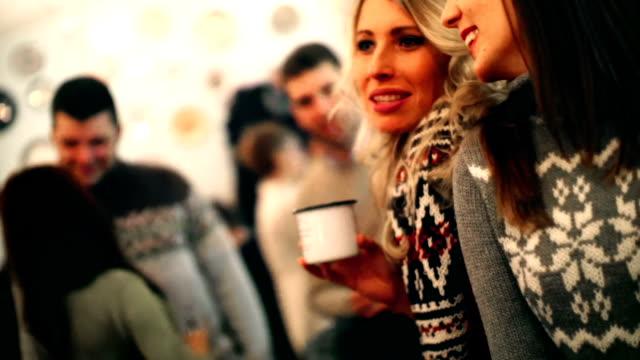 stockvideo's en b-roll-footage met twee mensen die thee op cabine koffieshop. - christmas cabin