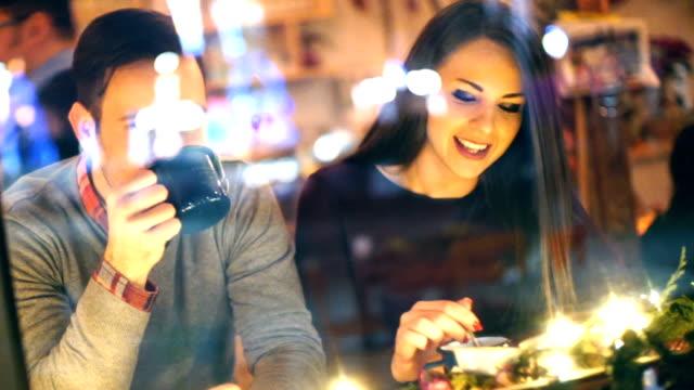 vídeos de stock e filmes b-roll de duas pessoas tendo chá no café de cabina. - bar local de entretenimento