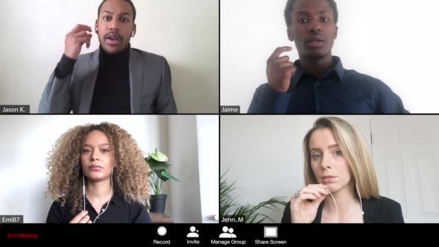 vídeos y material grabado en eventos de stock de dos personas con problemas técnicos en la webcam - zoom meeting