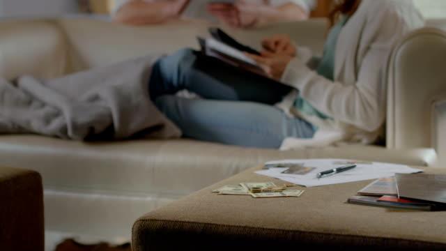 zwei menschen, die familie budget, niedrigen einkommen, die gutschrift problem - niedrig stock-videos und b-roll-filmmaterial