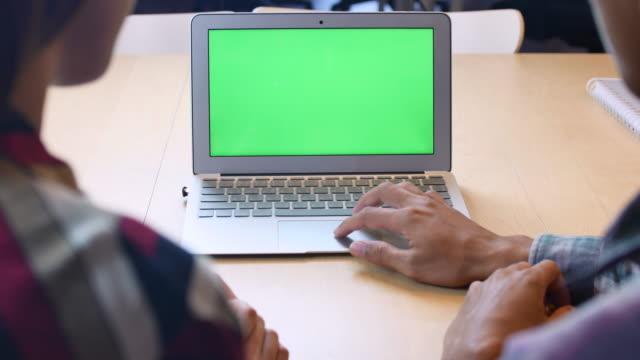 두 사람이 녹색 스크린, 크로마 키 노트북을 사용 하 여 - 2명 스톡 비디오 및 b-롤 화면
