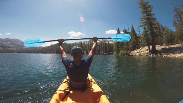 POV de deux personnes en kayak dans un lac calme - Vidéo