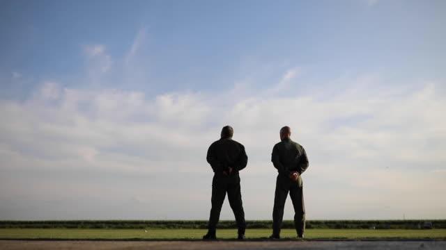 vídeos y material grabado en eventos de stock de dos pilotos vigilando aviones - air force