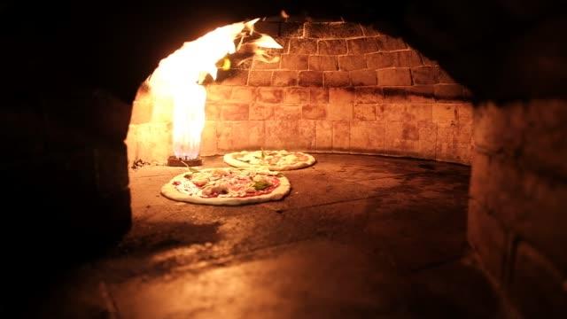 zwei pizzen im ofen - selbstgemacht stock-videos und b-roll-filmmaterial