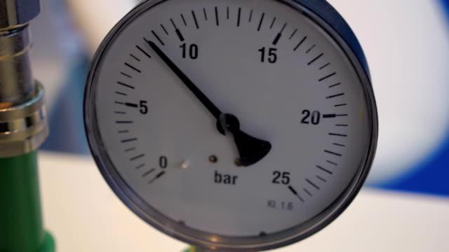 två manometrar med olika kalkyl på raden visa 8 bar - värmepump bildbanksvideor och videomaterial från bakom kulisserna