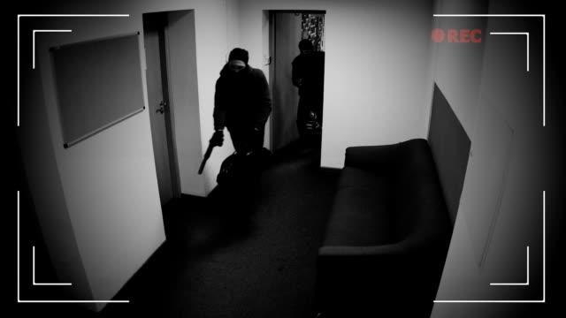 vídeos de stock e filmes b-roll de two robbers in masks running off with begs full of money, surveillance camera - ladrão