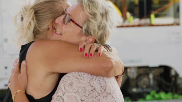 Två seniora vänner möter varandra på tågstationen video