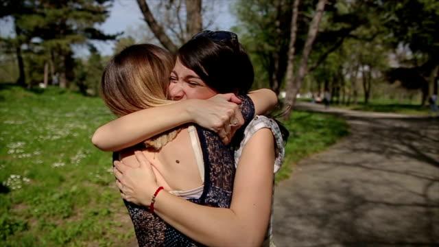 2 人の姉妹は、楽しんで会議を受け入れます。 ビデオ
