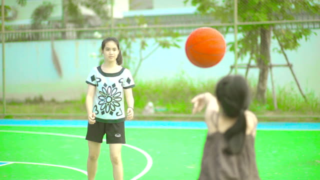 två systrar spelar basket tillsammans på lekplatser. - basketboll boll bildbanksvideor och videomaterial från bakom kulisserna