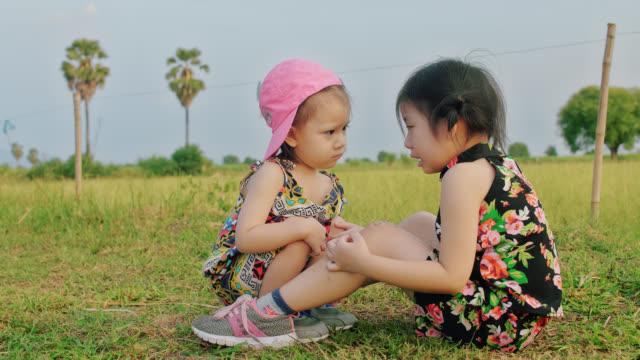vídeos y material grabado en eventos de stock de dos hermanas. hermana se encarga de la hermana en una granja del país - hermana