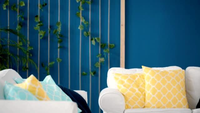 vídeos de stock e filmes b-roll de two sofas with pillows - living room background