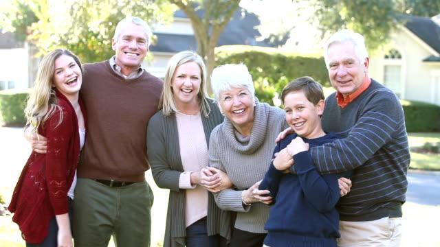 両親や祖父母に参加する 2 つの 10 代 - 親族会点の映像素材/bロール