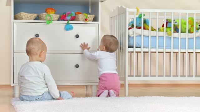 hd: 두 투여 알바니와 아기방 객실 - 놀이 방 스톡 비디오 및 b-롤 화면