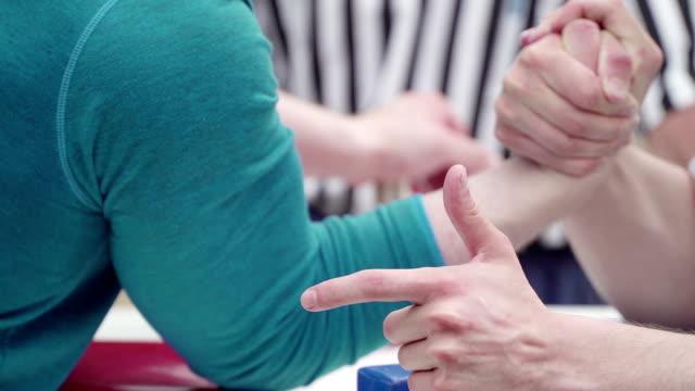 Zwei Männer unkenntlich Armdrücken. Konzept des Kampfes, Konfrontation und schweren Sport. Konflikt, Sieg und Niederlage, Sieg oder Niederlage. Wettbewerb im Machtkampf mit Händen. Kraft, Energie und Siegeswillen, intensiven Kampf der Armdrücken Wettbewerb – Video