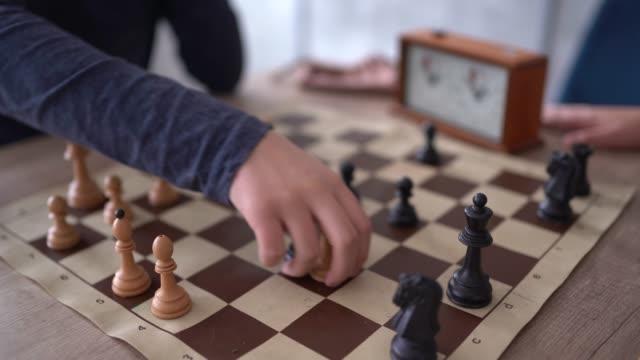 zwei nicht erkennbare menschen, die schach abspielen - könig schachfigur stock-videos und b-roll-filmmaterial