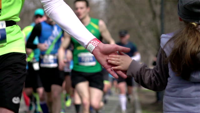 two videos of cheering runners in real slow motion - zachęta filmów i materiałów b-roll