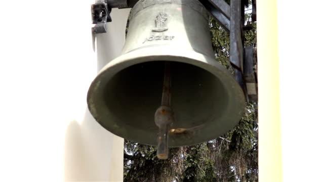 2 つのビデオの教会で本物のスローモーション鐘 - 教会点の映像素材/bロール