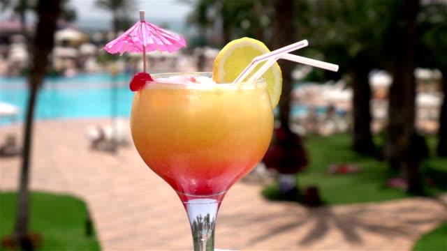 zwei videos von cocktail am pool-echte zeitlupe - tropischer cocktail stock-videos und b-roll-filmmaterial