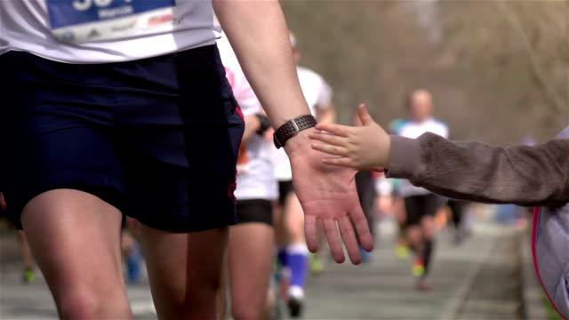 Koşucular yüksek beş - gerçek yavaş hareket veren iki videoları video