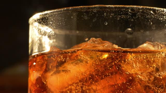 due video di bicchiere di cola in 4 k - rum superalcolico video stock e b–roll