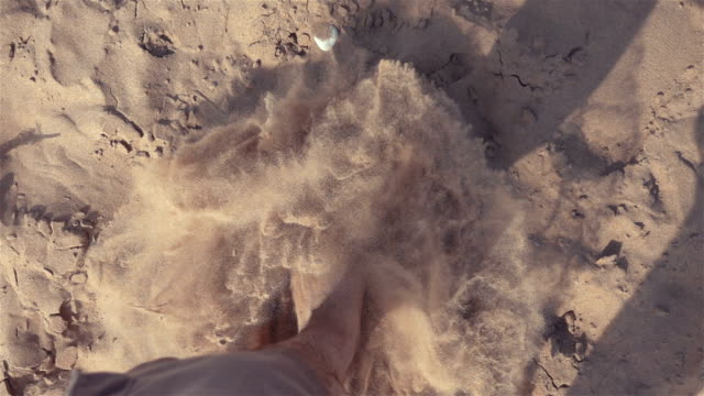 vídeos de stock e filmes b-roll de two videos of man walking on the desert-real slow motion - descalço